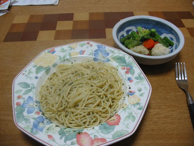 バジルのパスタと野菜サラダ