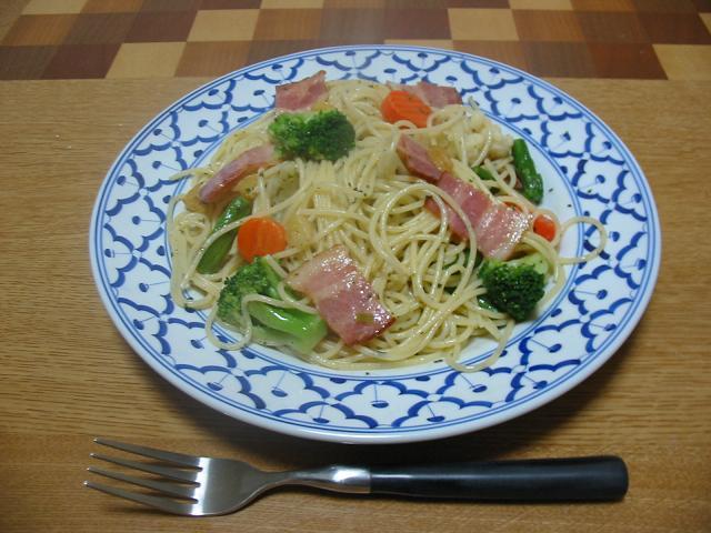 ベーコンと野菜のバジル風味パスタ
