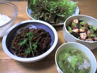 肉味噌とごはんのレタス包み,タコとキュウリの辛み和え,レタスと豚肉のスープ