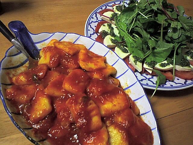 トマトソースのニョッキ,トマトとモッツァレラチーズのサラダ